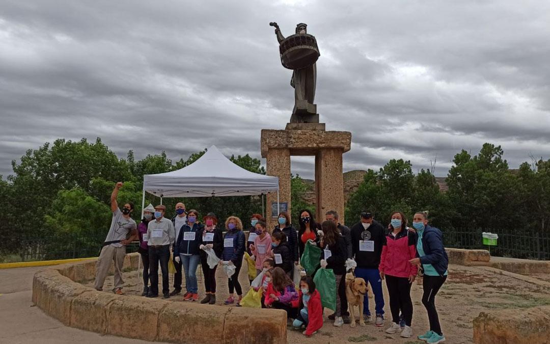 Foto final en el Monumento al Bombo de Albalate después de una mañana recogiendo basura para su reciclaje en el paseo a orilla del río Martín. / Comarca Bajo Martín