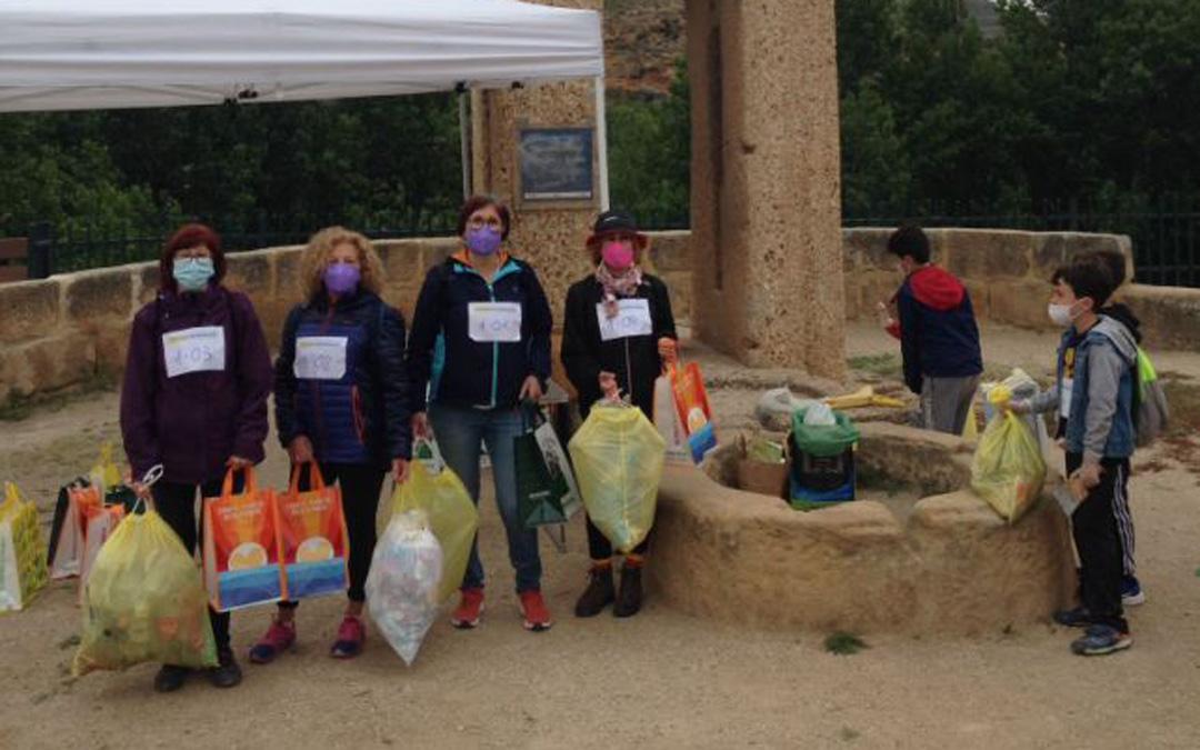 Participantes con parte de los residuos encontrados a orillas del Martín en Albalate. / Comarca del Bajo Martín