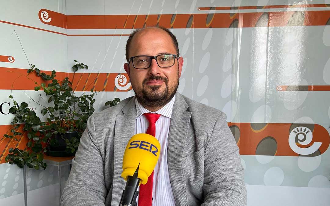 Alberto Izquierdo, vicepresidente de la DPT, en el estudio de Radio La Comarca./ A.M.