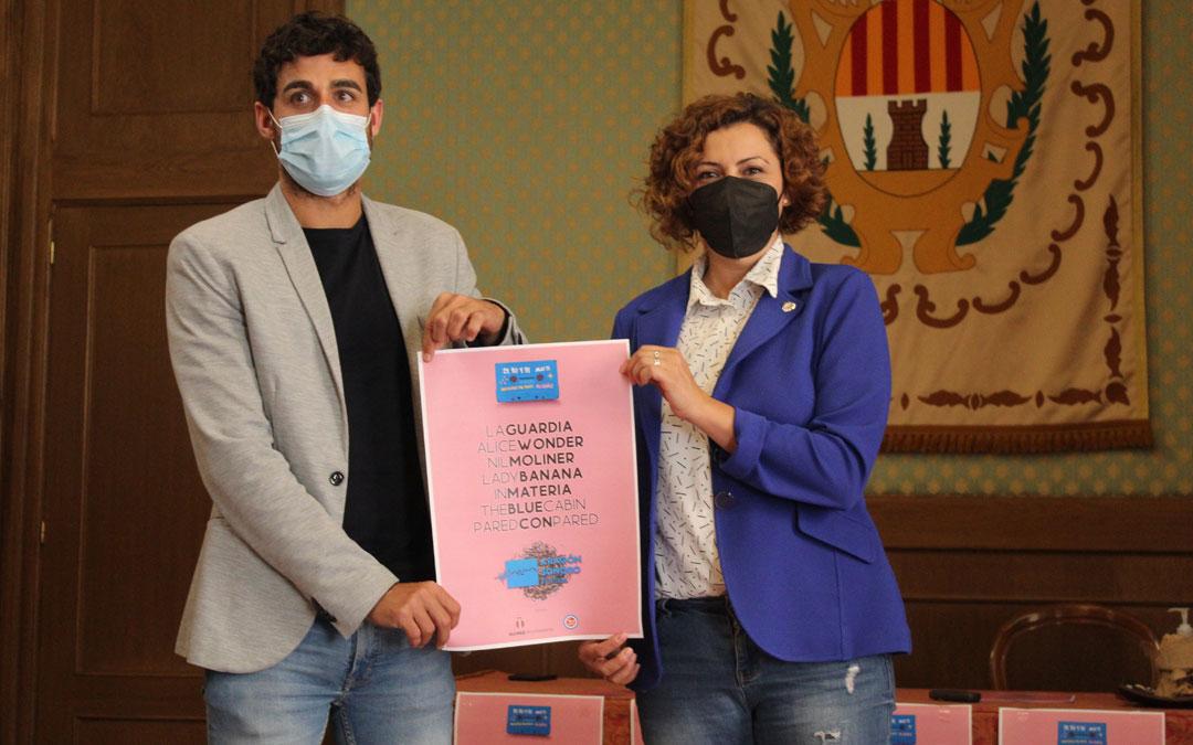 El gerente de El Veintiuno, Luis Costa, y la concejala de festejos, Irene Quintana, con el cartel diseño de Sergio Gabás. / B. Severino