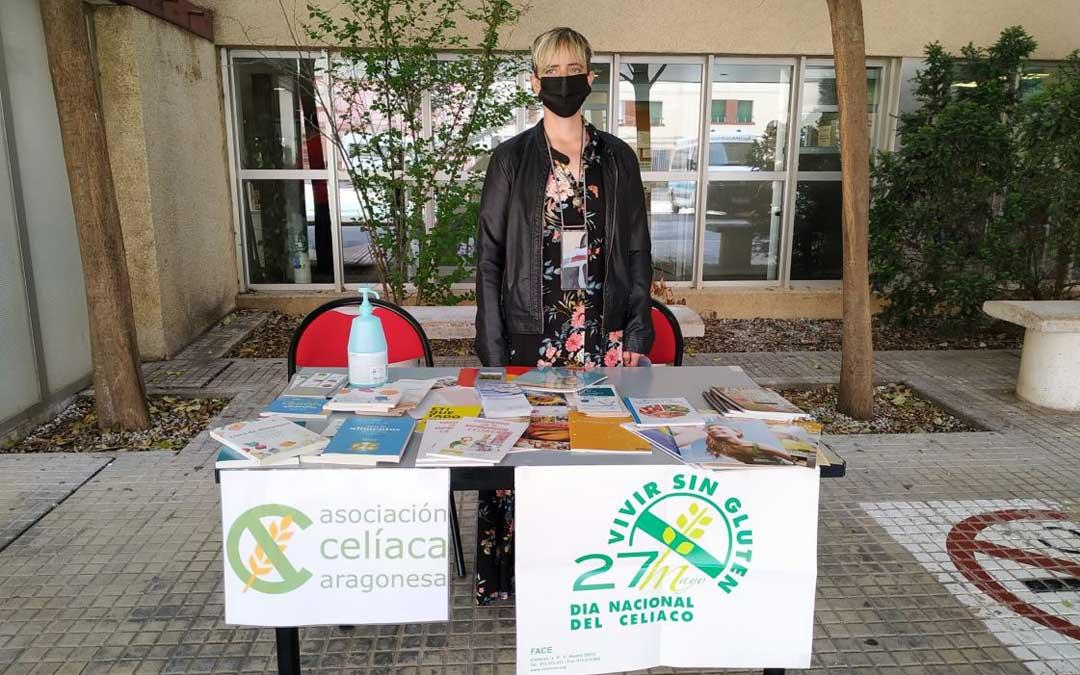 Beatriz Hernández, voluntaria de Andorra, en la mesa informativa en la puerta del Hospital de Alcañiz. / R. Senante