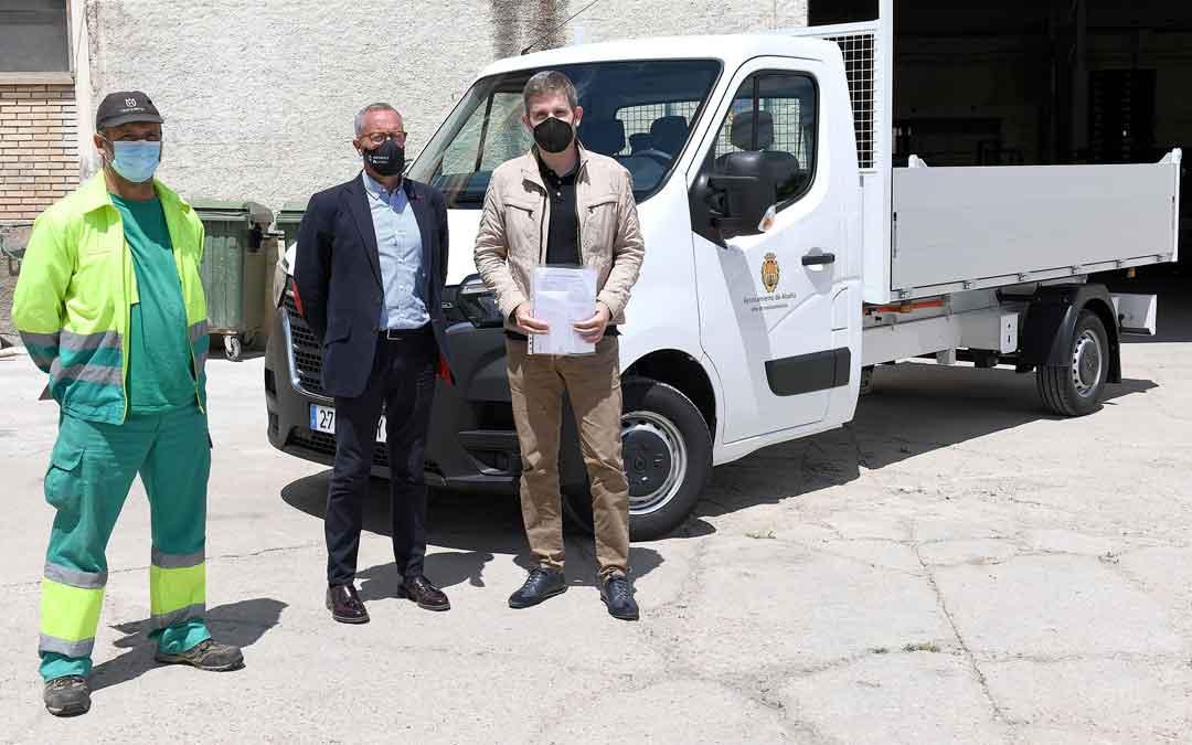 Óscar Celma, Nacho Dobato, delegado de Automóviles Teruel en Alcañiz, e Ignacio Urquizu. / AYTO. ALCAÑIZ