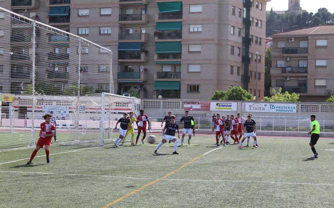 Uno de los lances del partido entre el Alcañiz y el Actur Pablo Iglesias en la portería local. / B. Severino