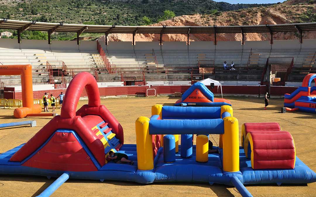 El final de la prueba ha estado en la Plaza de Toros con varios hinchables y obstáculos. J.L.
