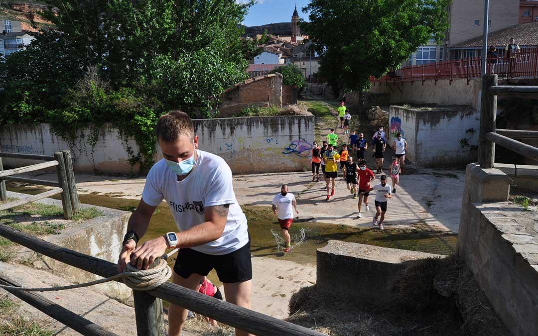 Los participantes han sorteado varios obstáculos como el río Guadalopillo. J.L.