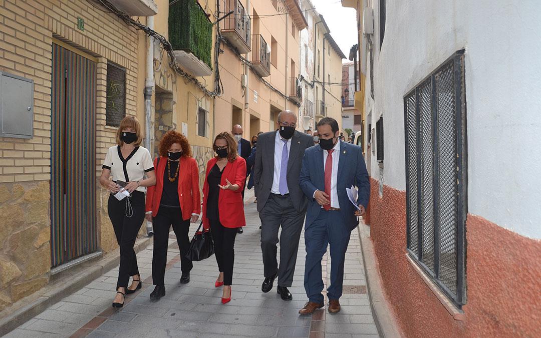 La delegada del Gobierno en Aragón, Pilar Alegría; la directora del ITJ, Laura Martín; la consejera de Presidencia, Mayte Pérez; el presidente de la DPT, Manuel Rando; y el alcalde de Andorra, Antonio Amador; este viernes por la mañana en Andorra. / M. Q.