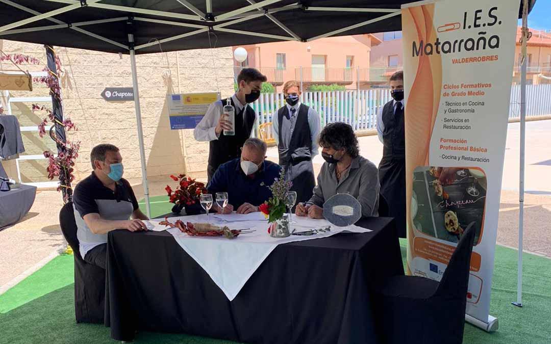 La renovación del convenio tuvo lugar el jueves en las instalaciones de hostelería del IES Matarraña.