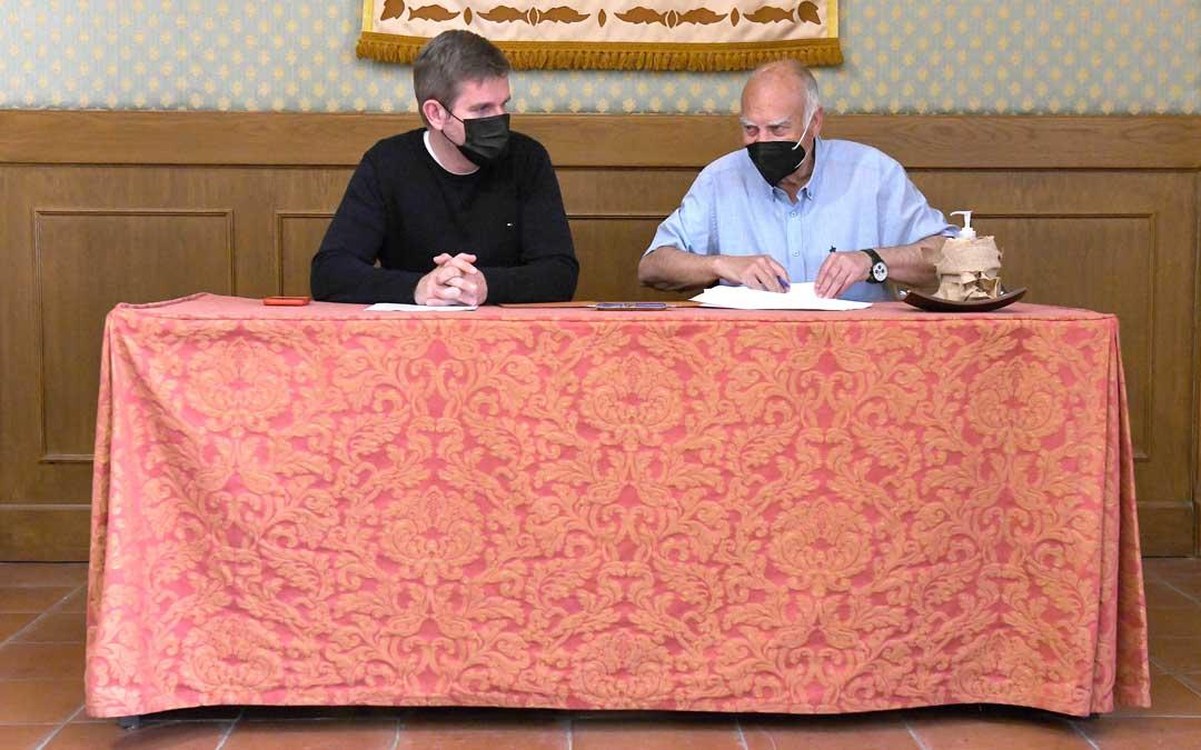 El alcalde Urquizu junto con el presidente del Alcañiz, Miguel Ángel Domingo / Ayto.