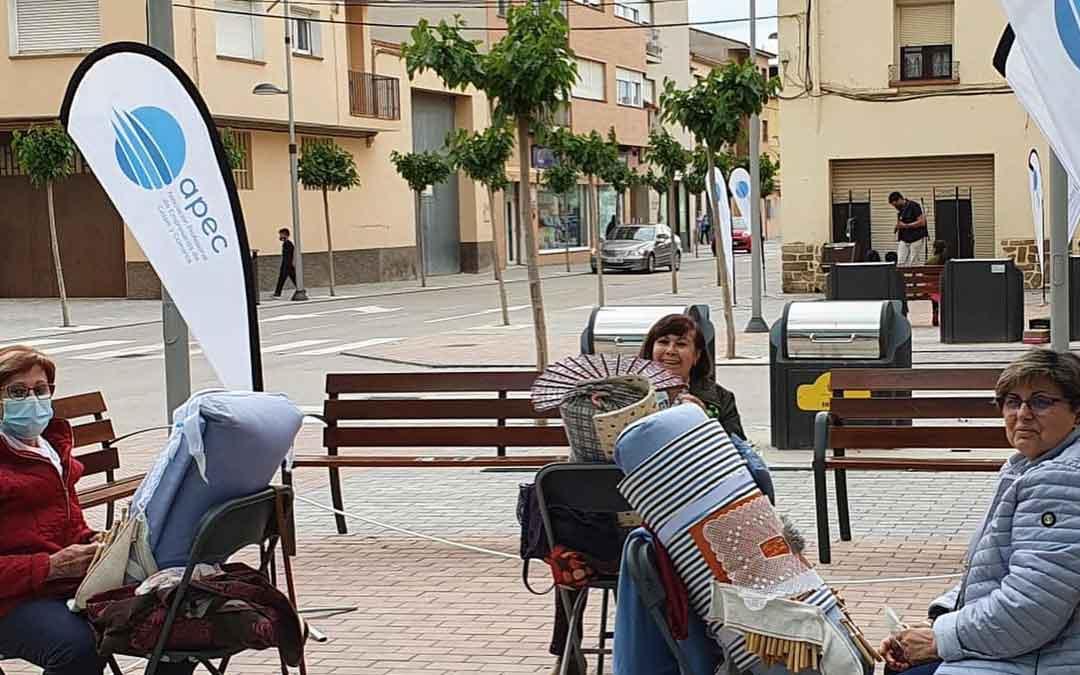 Bolilleras de la Asociación de la Mujer Caspolina en una de las calles de la ciudad. Foto: Facebook APEC
