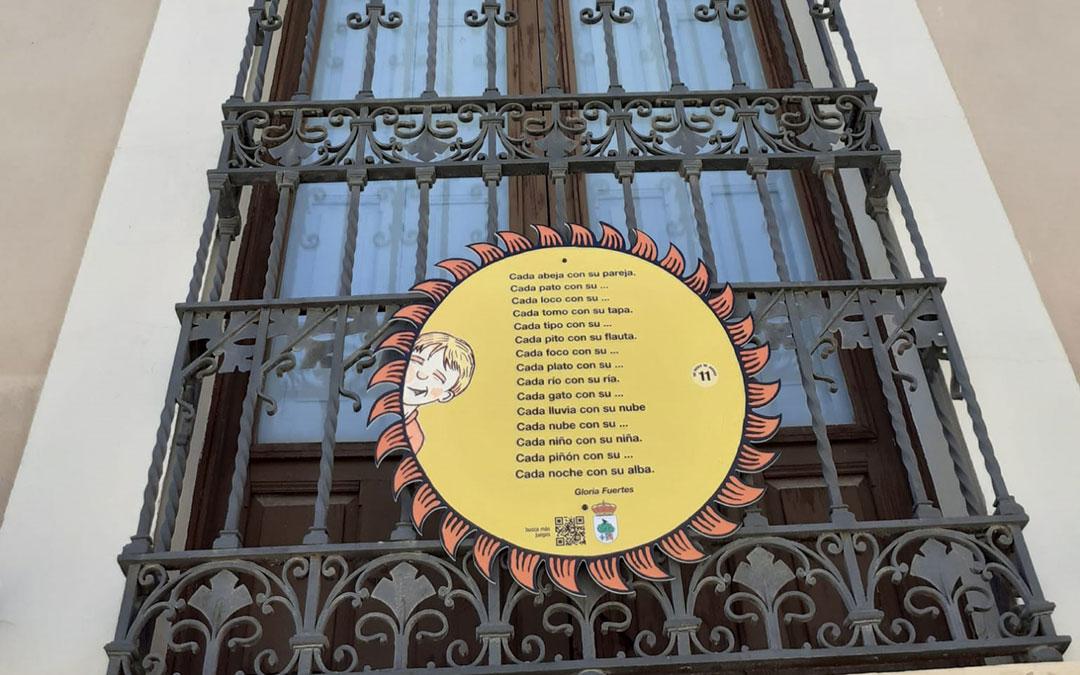 Balcón del CBC con uno de los 15 soles repartidos en Calanda. / Ayto. Calanda