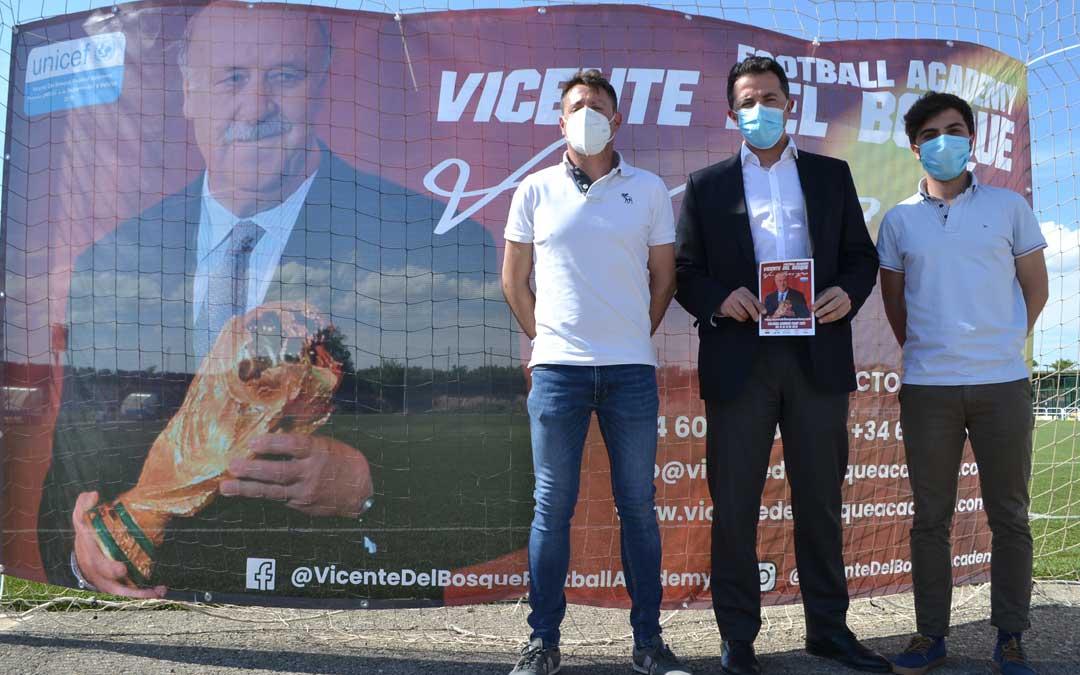 En la presentación se ha contado con el alcalde de Calanda, Alberto Herrero, con el concejal de deportes, Óscar Luengo y con Antonio Palos, directivo del C.D.Calanda. Foto: J.V.