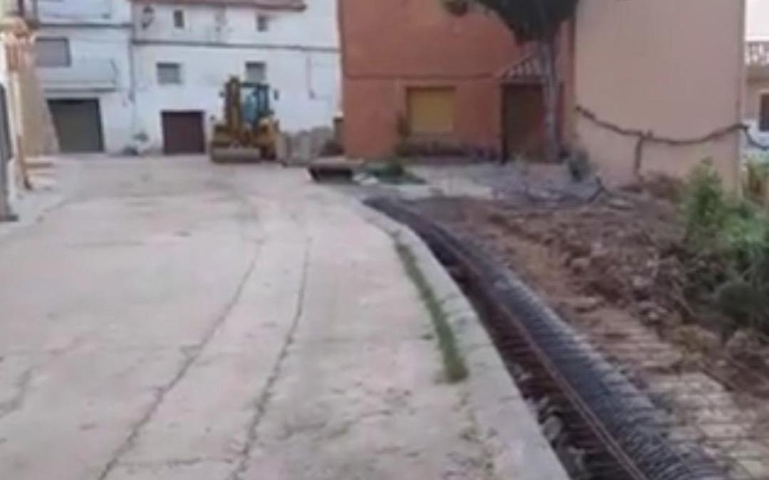 Imagen de las obras de cubrimiento de la acequia en Cañizar del Olivar./Heraldo.es