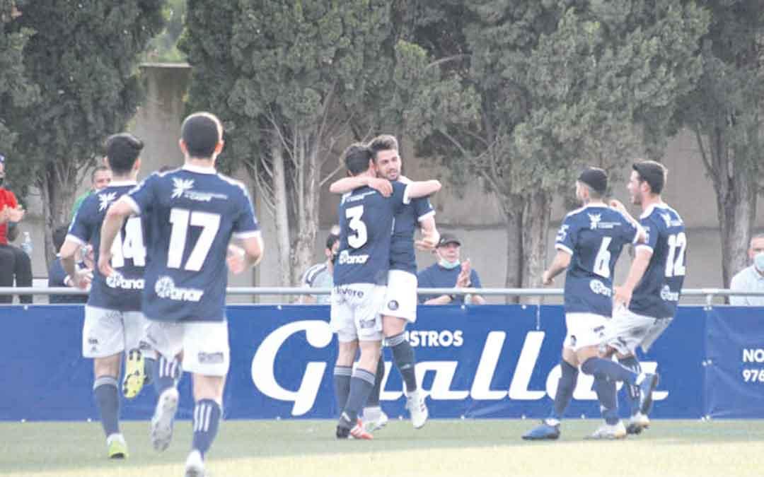 El gol de Diego Moreno, segundo de la tarde, certificaba la victoria del CD Caspe sobre el Alcañiz CF el domingo. / ERIKA MARTÍNEZ