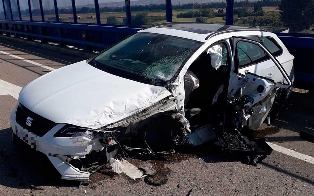 Uno de los coches involucrados en el accidente de El Burgo de Ebro./ Bomberos DPZ