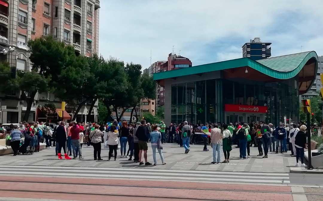 Concentración a favor del tren en los exteriores de la estación Goya, en Zaragoza./ L.P.