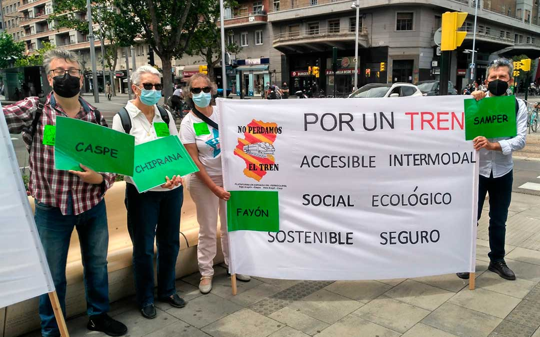 Vecinos del Bajo Aragón-Caspe y Bajo Martín en la concentración a favor del tren celebrada a las puertas de la estación zaragozana de Goya./ I.G.