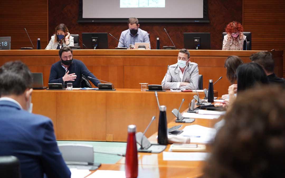 Los alcaldes de Cantavieja y La Iglesuela, Ricardo Altabás y Fernando Safont, este martes en representación de la asociación 'Viento Alto' en la comisión de comparecencias ciudadanas de las Cortes de Aragón / Cortes
