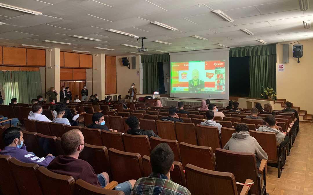 Los alumnos del CPIFP Bajo Aragón de Alcañiz se han reunido en el salón de actos del instituto para participar en el foro virtual / CPIFP Bajo Aragón
