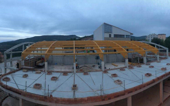 Se coloca la cubierta de madera del nuevo pabellón de Cantavieja