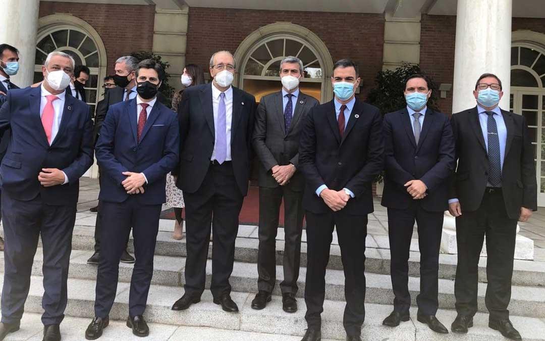 El presidente de la Diputación de Teruel, Manuel Rando; junto Pedro Sánchez y otros representantes de diputaciones provinciales este sábado en La Moncloa / DPT