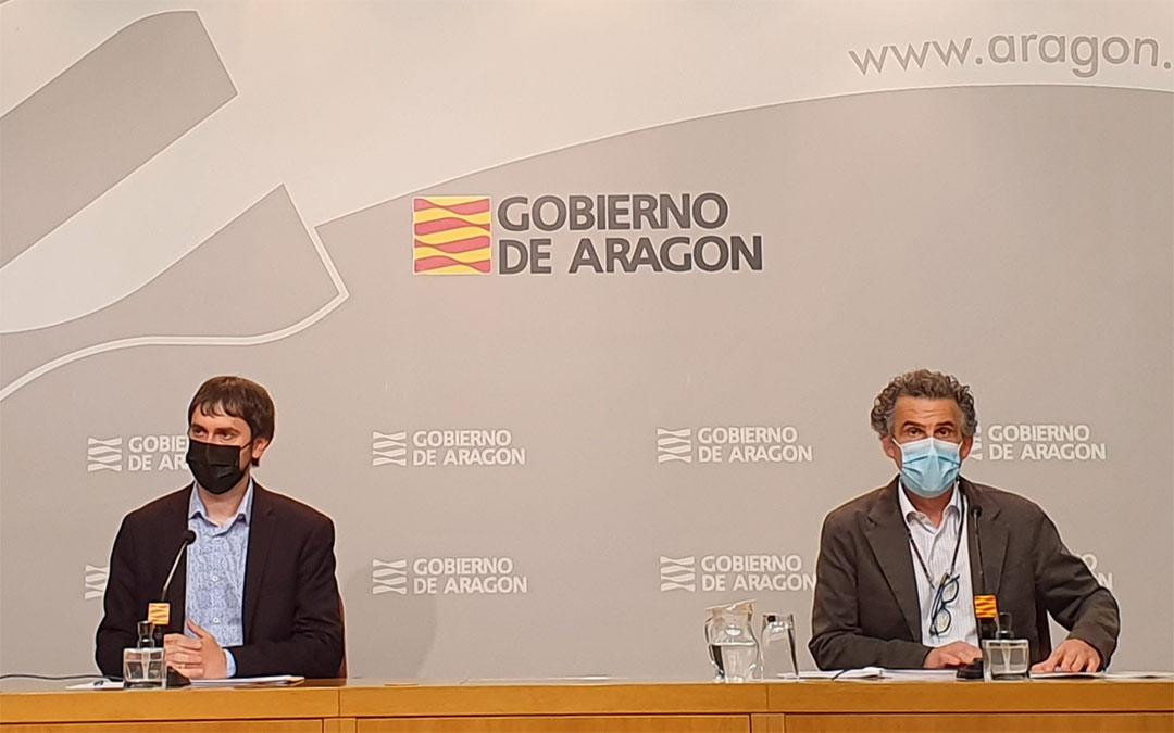 Rueda de prensa del director gerente del IAJ, Adrián Gimeno, que ha estado acompañado por el director general de Salud Pública, Francisco Javier Falo./DGA