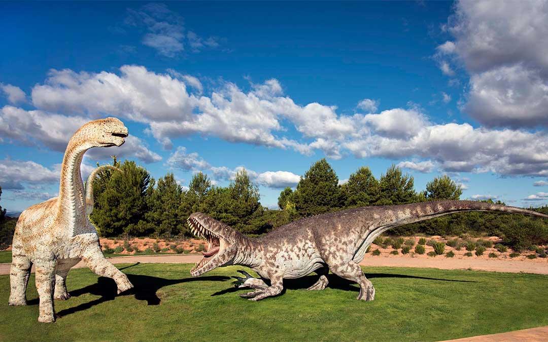 Dinosaurios en el parque temático de Dinópolis.