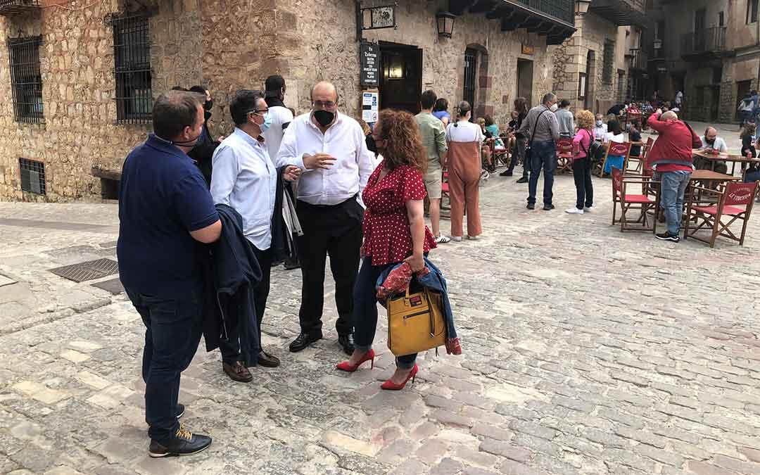 El presidente Rando y al alcalde y concejales de Albarracín al lado de un establecimiento hostelero de la localidad./ DPT