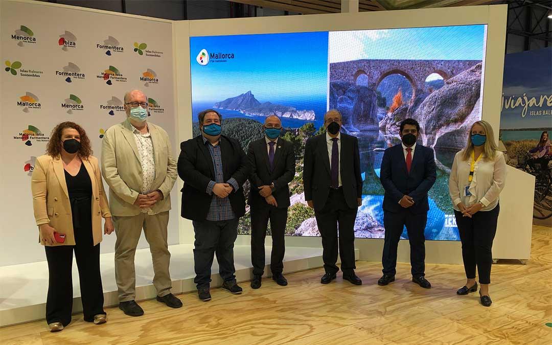 El presidente Rando, el diputado Piñeiro y el conseller de Turismo de Mallorca, Andreu Serra, junto a los coordinadores de las respectivas Film Commission./ DPT