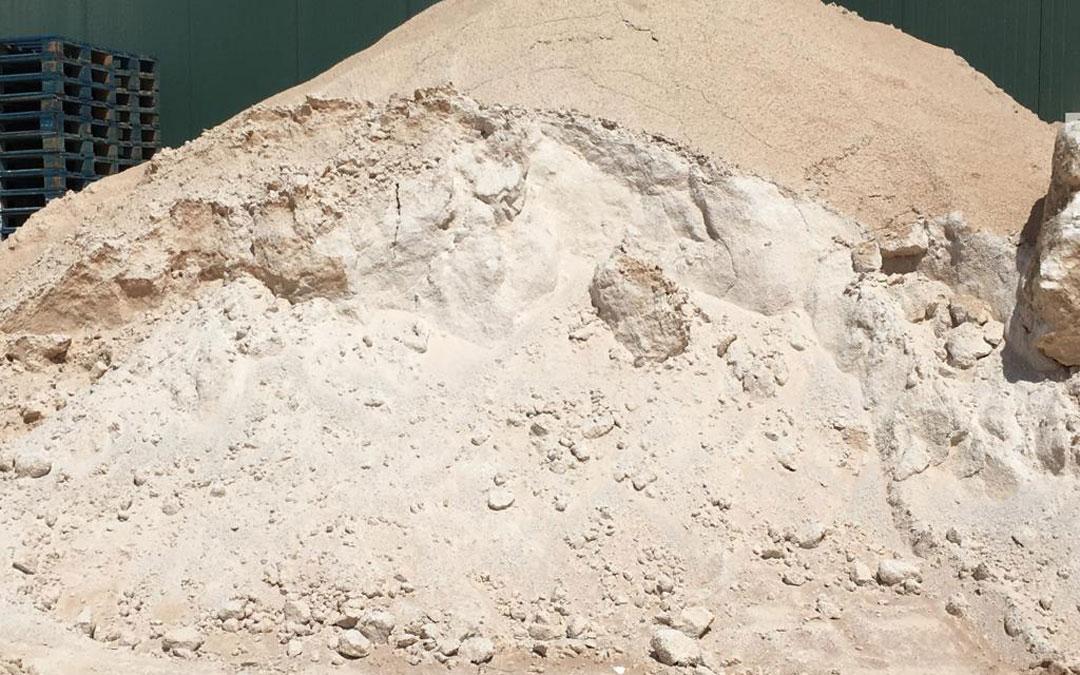 Descartes de alabastro en arena-polvo, la modalidad en la que salen para su uso en agricultura y ganadería. / Ecogypsum