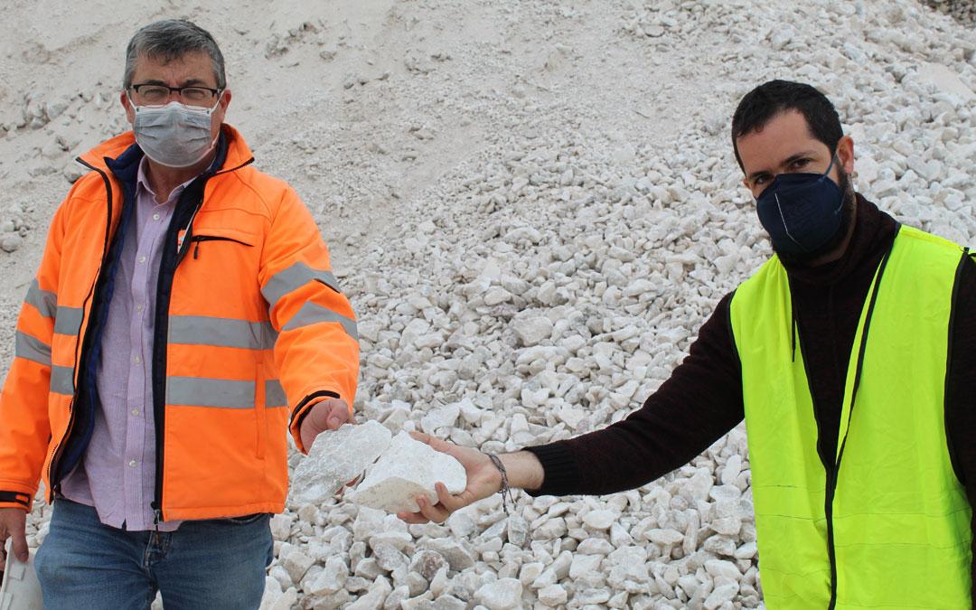 Héctor Gil (derecha) y el ingeniero Emilio Querol, a los pies de un montón de descartes en forma de grava que salen de La Puebla para usos industriales. / B. Severino