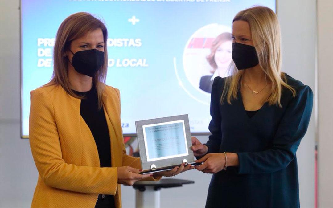 La vicepresidenta del Colegio de Periodistas de Aragón, Sara Castillero, entrega el Premio de Periodismo Local a la directora del Grupo La COMARCA, Eva Defior./ APA