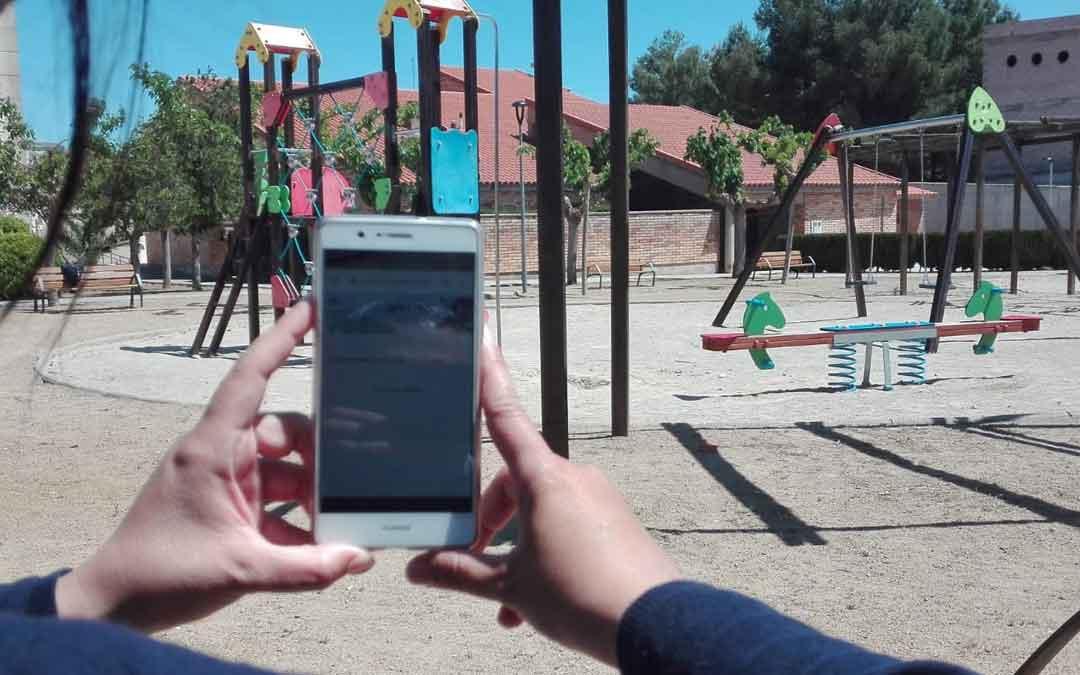 Un vecino de Fayón haciendo uso gratuito de la wifi. Foto: Ayto. Fayón