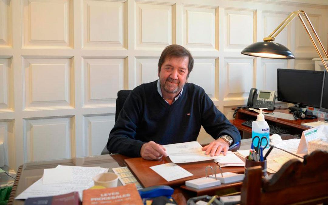 Fermín Hernández, presidente de la Audiencia de Teruel, en su despacho./ Jorge Escudero
