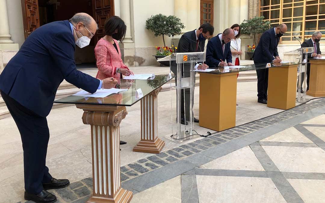 Manuel Rando, presidente de la DPT, firmando el protocolo del Plan de Ayudas de la hostelería./DPT