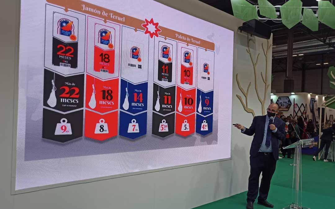 El presidente del consejo regulador D.O. Jamón de Teruel, Ricardo Mosteo, ha presentado las nuevas vitolas del jamón. D.O. Jamón de Teruel.