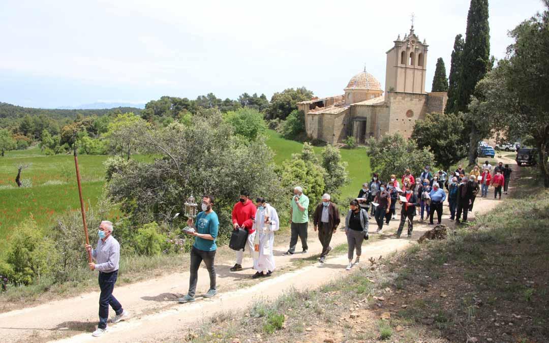 Los vecinos de Fórnoles acudieron en romería a la ermita de Monserrate.