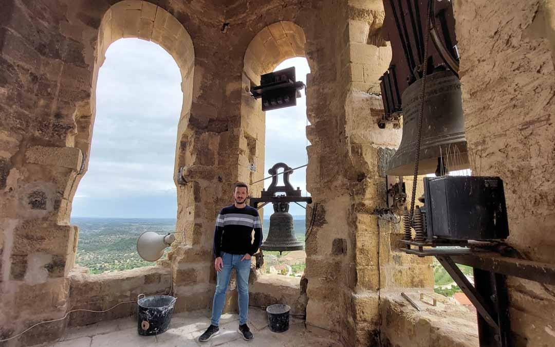 El alcalde de La Fresneda, Frederic Fontanet, muestra el interior del campanario junto a las campanas y la matraca recién restaurada. J.L