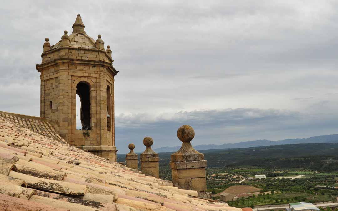 La torre-campanario constituye un mirador excepcional sobre la localidad y sobre todo el Matarraña. J.L.