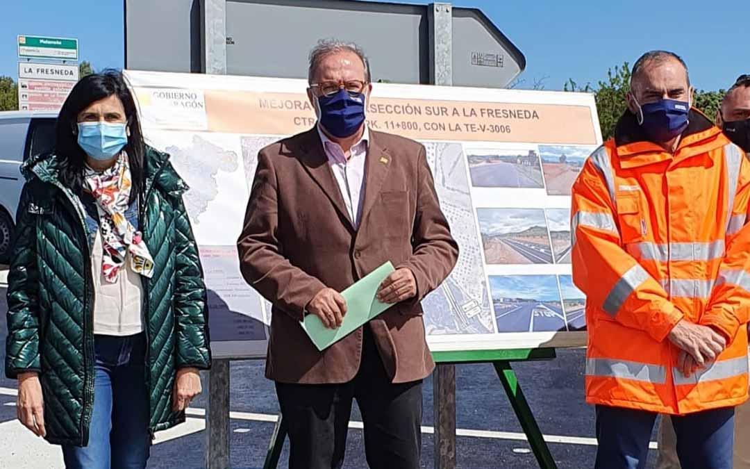 El Director General de Carreteras, Bizén Fuster, junto a la diputada de Chunta Aragonesista, Isabel Lasobras, y el Director Provincial de Vertebración del Territorio, Ignacio Belanche. L.C.