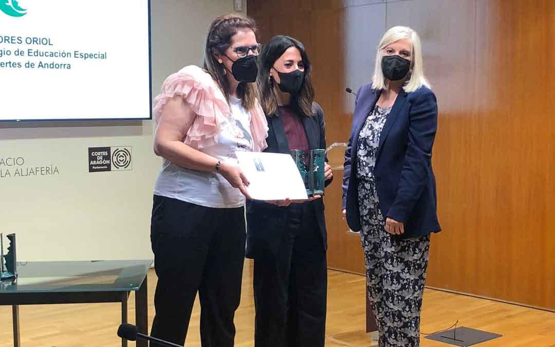 El Gloria Fuertes recogiendo el premio. / S. B.