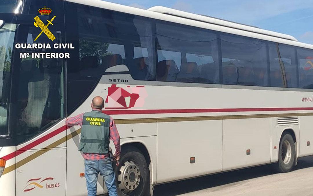 Uno de los autobuses que fueron objetivo de los vándalos. / Guardia Civil