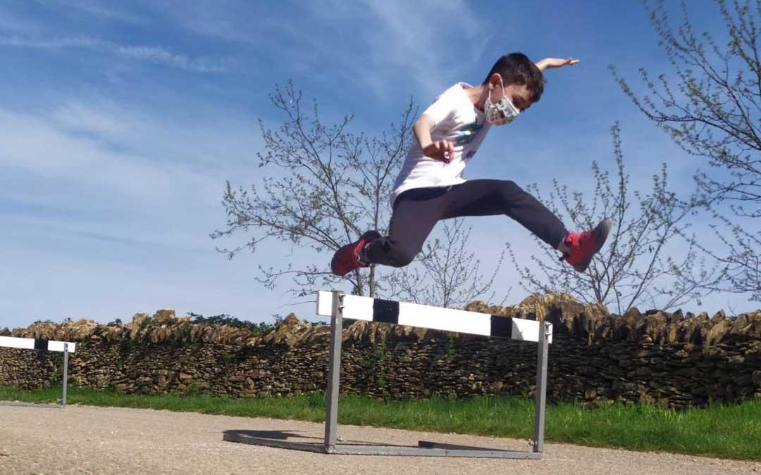 Uno de los niños participantes en la gymcana deportiva en la modalidad de salto de vallas. Foto: Comarca Maestrazgo