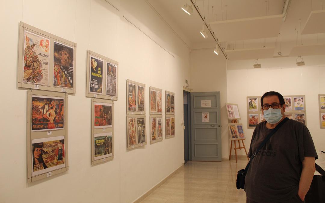 Antonio Perales, delante de parte de los carteles creaciones suyas como collage digital. / B. Severino