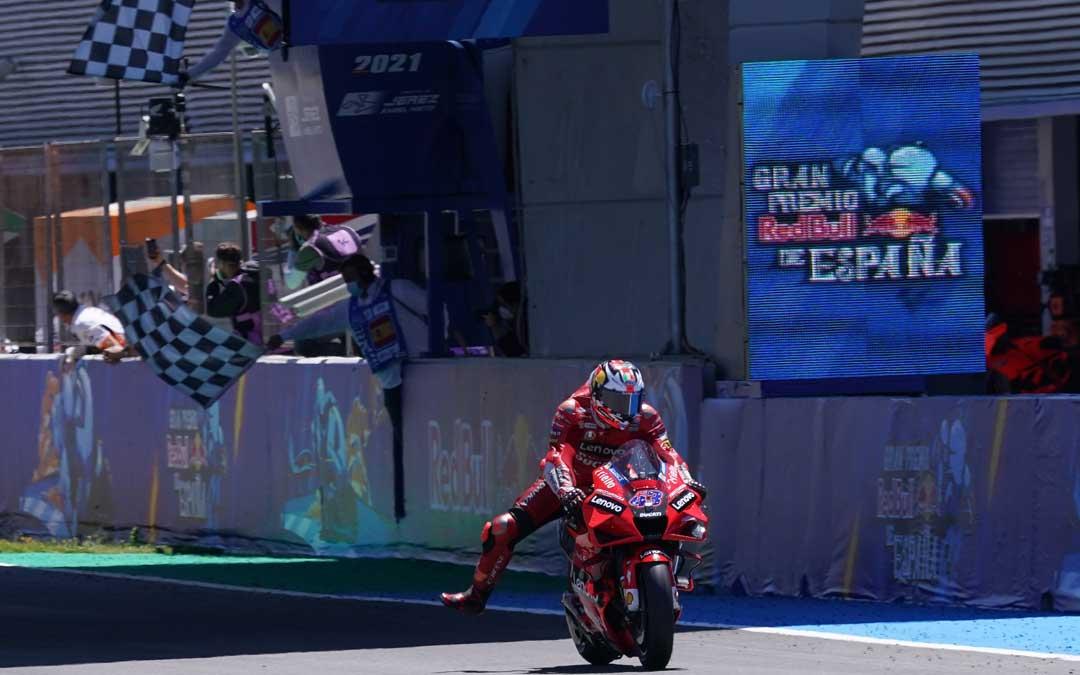 El australiano Jack Miller entrando vencedor en la línea de meta de Jerez. Foto: MotoGP