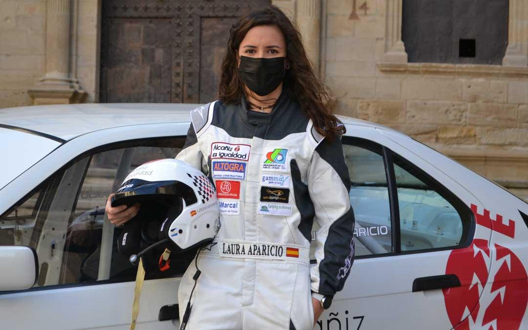 Laura Aparicio junto al BMW que pilotorá esta temporada. Foto: J.V.