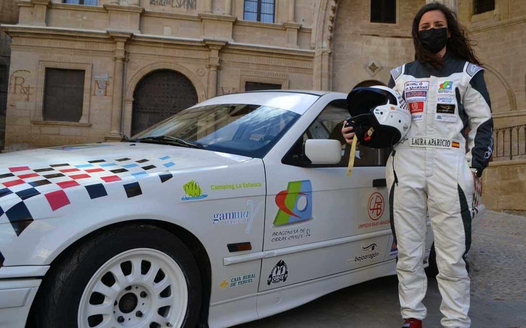 Laura Aparicio con su BMW en el día de la presentación. Foto: J.V.