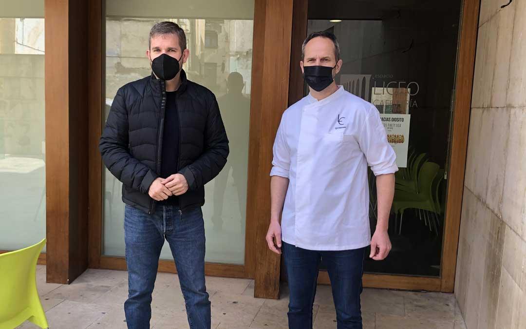 El alcalde Urquizu y el gestor y cocinero de El Liceo, Luis Estopiñán, este lunes / L. Castel