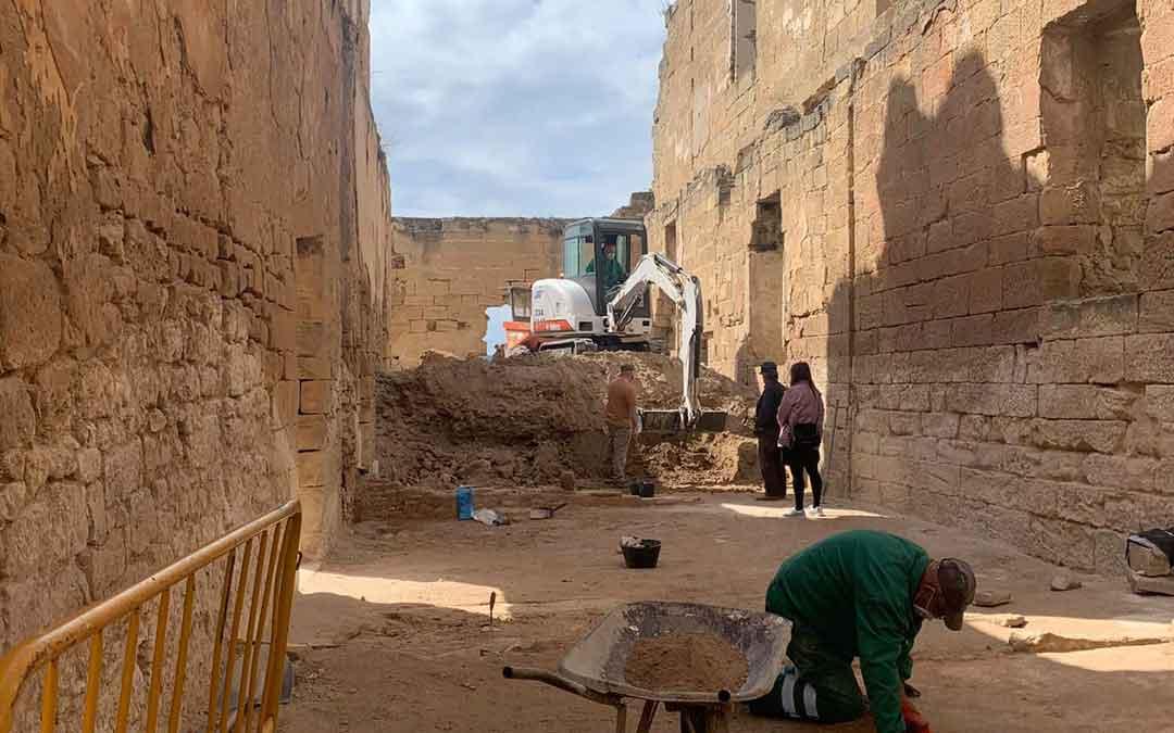 Labores de limpieza y desescombro del castillo maellano. Foto: Facebook Ayto. Maella