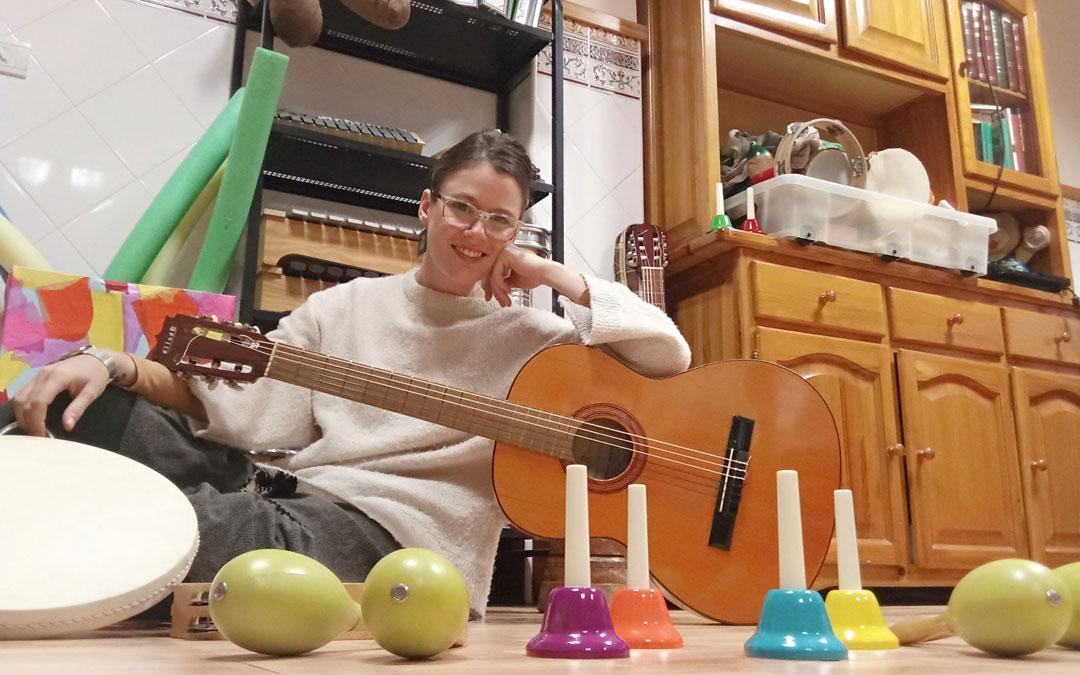 Loreto Caso Gracia se especializó en violonchelo en el Conservatorio de Alcañiz y desde 2014 dedica su vida a la musicoterapia con personas de todas las edades y necesidades y le apasiona. / Archivo personal