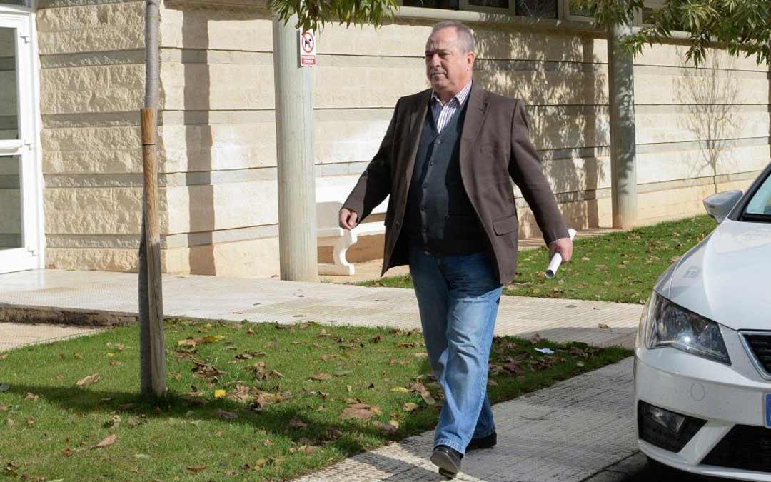 Luis Fernando Marín, dirigiéndose al Juzgado de Calamocha para prestar declaración por la denuncia./Jorge Escudero HERALDO